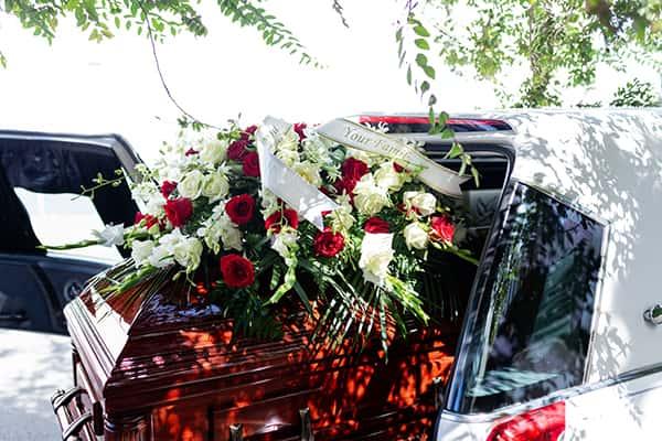 Gerbe de fleur sur un cercueil