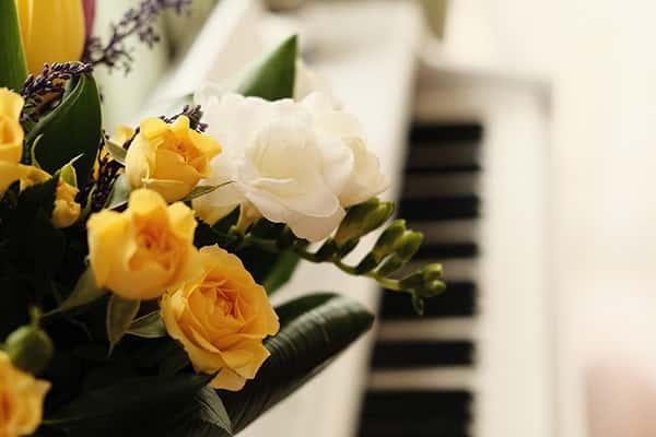 Bouquet de fleurs jaunes et blanches